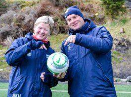 """Hilde-Karin Nygaard og Roar Fredriksen setter i gang """"Sjef over ballen""""-prosjektet for jentene i Sædalen IL. Foto: Amanda Nygaard."""