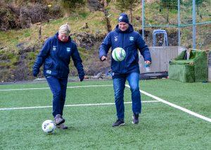 Ansvarlig for jentefotball Hilde-Karin Nygaard og sportsjef Roar Fredriksen leker med ball. Foto: Amanda Nygaard