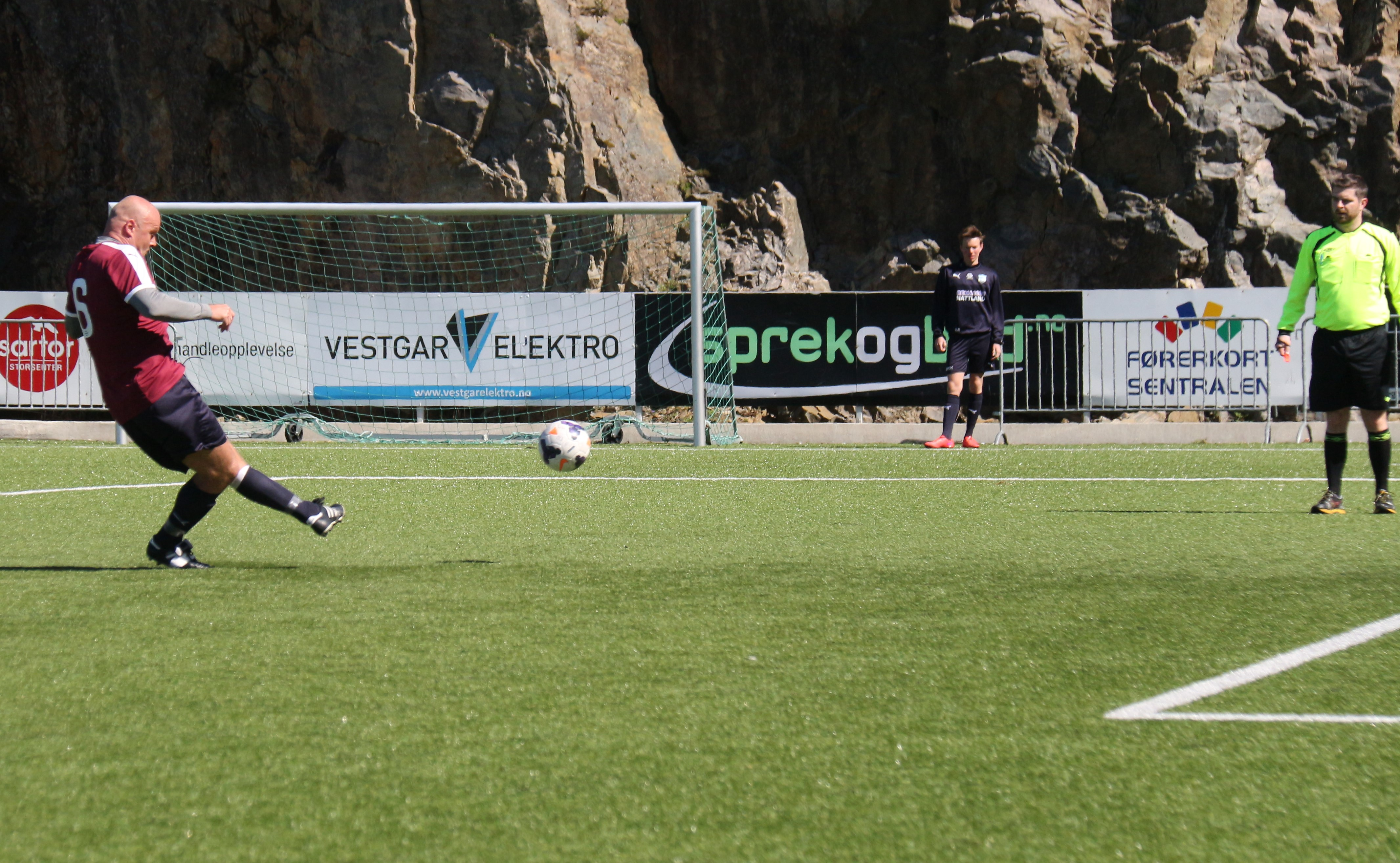 Sotra 2 - Sædalen: Roar Fredriksen setter straffen i tverrligger. Foto: Karstein Oen