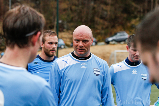 A-lag: Roar Fredriksen holder peptalk i pausen mot Mann foto: © Bernt-Erik Haaland / fotballbilder.no
